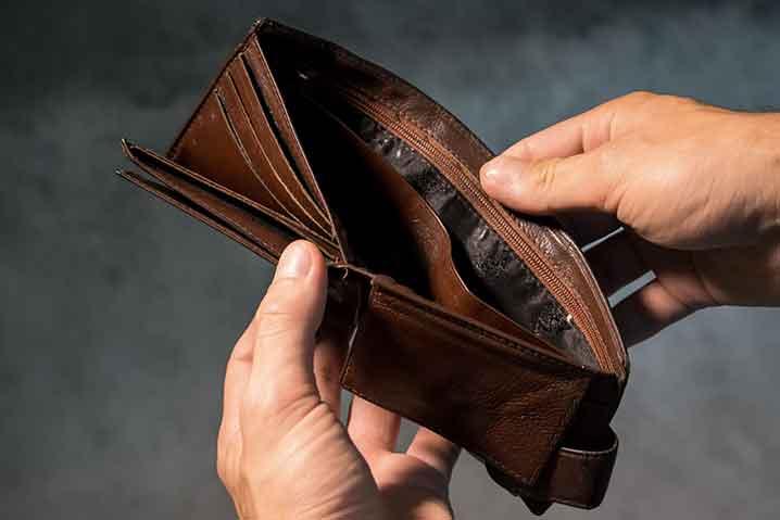 働きと給料が見合わない人の財布