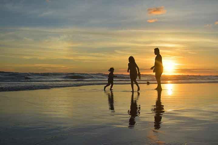 土土日休みで楽しい時間を過ごす家族