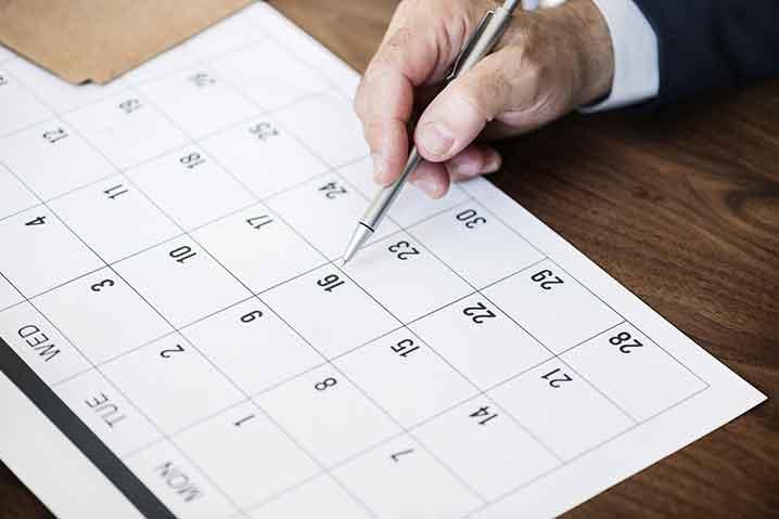 他の部署や取引先の休みをカレンダーで確認する