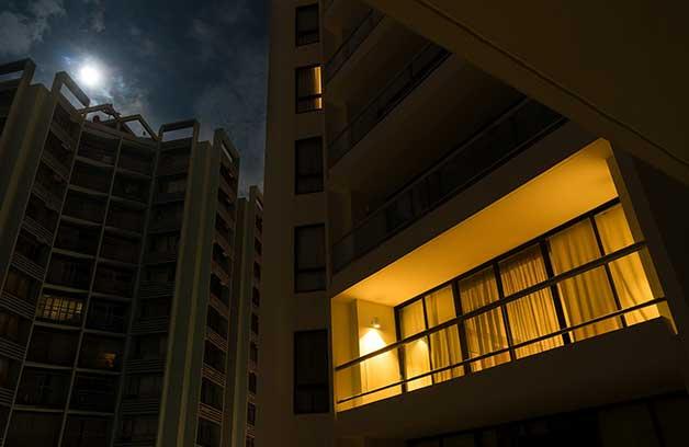 夜中にオフィスの明かりをチェック
