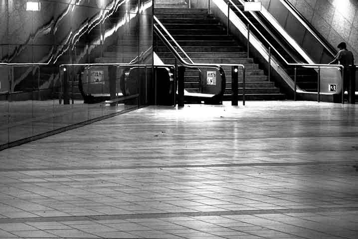 終電の駅ホーム